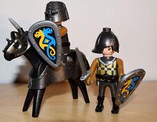 Playmobil zwei schwarze Ritter mit Pferd, gold-schwarz