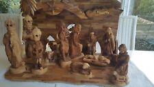 Weihnachtskrippe aus Holz unbemalt mit handgeschnitzten Figuren und Stall