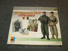 """DRAGON DX05 """"De Oppressor Liber"""" 1970-2003 2 Pack Kenneth Bowra 1/6 Scale NEW"""