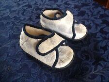 Paire de chaussons à velcro. Pointure 21