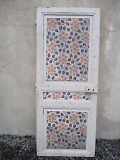 porte en bois sapin ancienne d'intérieur de maison.