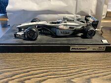 1:43 Formel 1 Modellauto McLaren Mikka Häkkinen MP4-15 auf Sockel