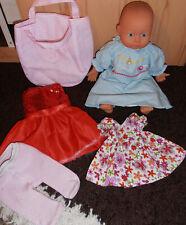 süße Puppe mit Schlafaugen von Bayer mit Kleidung und Tasche