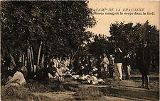 CPA Militaire, Camp de la Braconne -Sommesmangent la soupe dans la fore (362554)