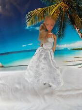 Barbie Puppe, mit weißem Kleid mit Schneeflocken drauf, lange blonde Haare