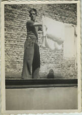 PHOTO ANCIENNE - VINTAGE SNAPSHOT - HOMME LINGE LESSIVE DRÔLE - WASHING FUNNY