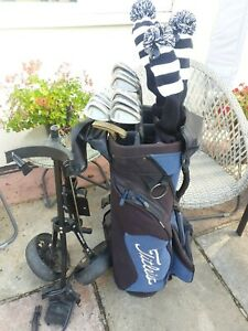 FULL SET OF MENS TITLEIST DCI AND DTR GOLF CLUBS, RIGHT HANDED, PLUS TROLLEY