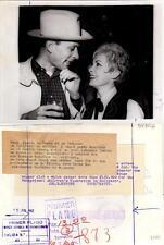 Janet Leigh, Arthur Loew Junior. Fotografía en el Sands hotel, 15 JUN 1962.