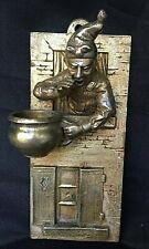 pyrogene plaque en bronze dore homme a la fenetre  au chaudron