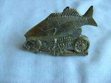 Vintage 1979 Baron peces correa hebilla de latón macizo Trucha Rod & Carrete de 9.5 cm X 6.5 Cm