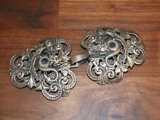 Ancienne boucle de cape en métal argenté - décor de dragons chinois