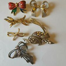 A lovely job lot of 7 bow themed brooches