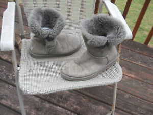 UGG AUSTRALIA Bailey Button Short Fur Lined Gray Boots 9