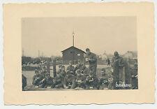 Foto LuftwaffeBahnhof-Kfz-Soldaten mit Essgeschirr beim Essen   2.WK  (L585)