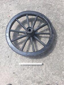 Schönes altes Holzrad Wagenrad