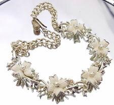 Antiguo Collar con flores blancas.
