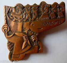 Insigne Suisse en métal lourd Carnaval  1956 Original