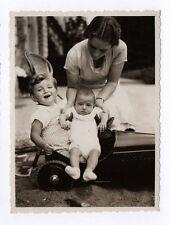 PHOTO ANCIENNE Bébé Enfant Mère 1930 Femme Voiture Jouet Jeu Bras Main Rire
