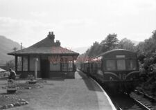 PHOTO  3 CAR SUBURBAN SET AT ARROCHAR AND TARBET STATION WITH THE 6.2PM SERVICE