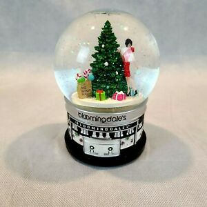 Bloomingdale's Shopper & Christmas Tree Musical Snow Globe 2010 Rare (SEE VIDEO)