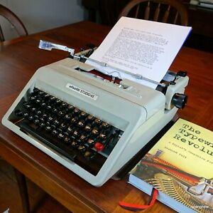 Olivetti Studio 45 Typewriter w/case + new ribbon: in perfect working condition.