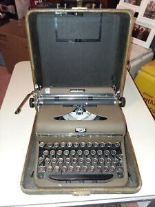 Royal Quiet Deluxe 1941 Typewriter With Glass Keys Works