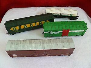 4 HO Train cars Linde Union Carbide, Quaker State, Reading, Met 13555