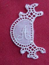 ancien monogramme initiale pour linge lettre A blanc broderie plumetis dentelle