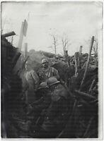 1. Weltkrieg: Grabenkämpfer wärmen sich am Feuer. Orig-Pressephoto um 1916