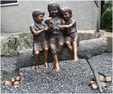 Bronzeskulptur, Kinder auf Baumstamm, Dekoration für Haus und Garten
