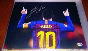 LIONEL MESSI HAND SIGNED FC BARCELONA SOCCER TEAM 8 X 10 SPORTS ACTION PHOTO
