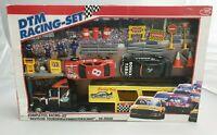 Vintage DTM Racing-Set mit Figuren, Rennwagen & Autotransporter / unbespielt Ovp