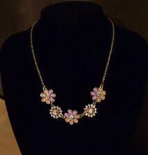 Goudkleurige ketting met 5 paars-zalmroze bloemen en strass-steentjes