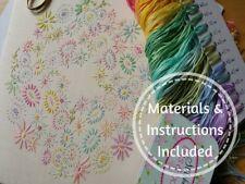 Les débutants traditionnelle broderie kit: Débutant fleurs pastel: Kits par Maggie Gee