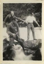 PHOTO ANCIENNE - VINTAGE SNAPSHOT - MILITAIRE TORRENT BLAGUE DRÔLE - SOLDIER FUN
