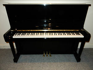 YAMAHA U1 A  UPRIGHT PIANO. AROUND 30 YEARS OLD. AMAZING SOUND AND TOUCH