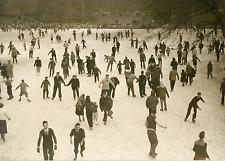 Paris, hiver 1954, patinage au Bois de Boulogne Vintage silver print Tir