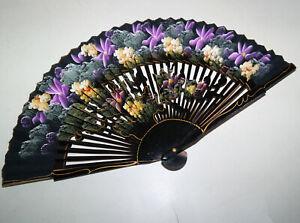 Eleganter Fächer Handfächer Lack schwarz Blumenmalerei in Violett / Beige / Gelb