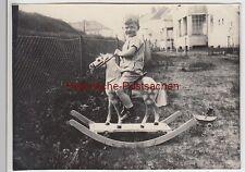 (F5817) Orig. Foto kleiner Junge auf Schaukelpferd, vor 1945