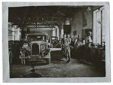 Photographie sur papier argent un garage vers 1940 voiture moto métier garagiste