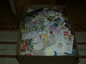 Nachlasse - Los 1 kg mehrere tausend Briefmarken und Blocks, in Kiste.