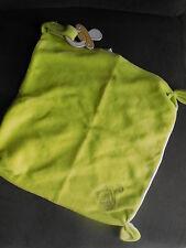 doudou plat carré vert anis brodé écureuil attache tétine CORA