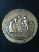 SOLID BRASS LATE VICTORIAN 195mm DIA. PLAQUE DEPICTING A COUPLE PLAYING GOLF
