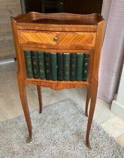 Table de chevet ou table d'appoint en bois de placage et livres factices