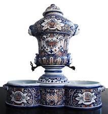 Fontaine et bassin en faïence de Rouen à décor de têtes XIXème