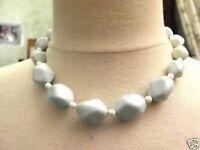 Joli collier de perles en résine blanches et bleu clair frais et pastel C4