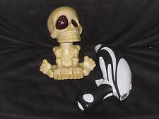 Halloween Totenschädel und Laserpistole - defekt aber dekorativ