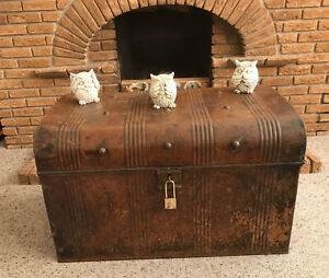 vintage metal tin steamer trunk/chest with brass padlock with 2 keys coffeetable