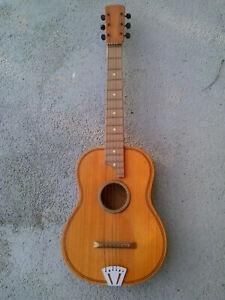 Guitare vintage pour enfant, une corde manquante