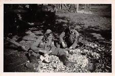 Soldaten Hühner rupfen bei Arras Frankreich